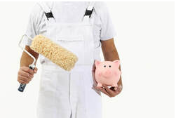 Employee of Peintre Bromont dressed all in white with a roller in one hand and a piggy bank in pink.